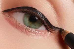 How To Put Eyeliner On Top Lid In 4 Easy Steps