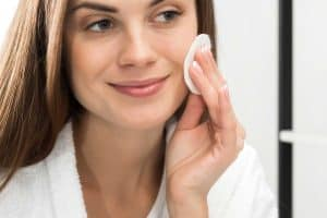 Read more about the article How To Remove Sunscreen From Your Face – Even Without Cleanser