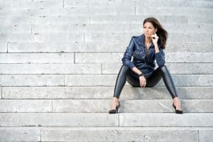 Read more about the article How To Wear Faux Leather Leggings — 5 Outfits To Try Out