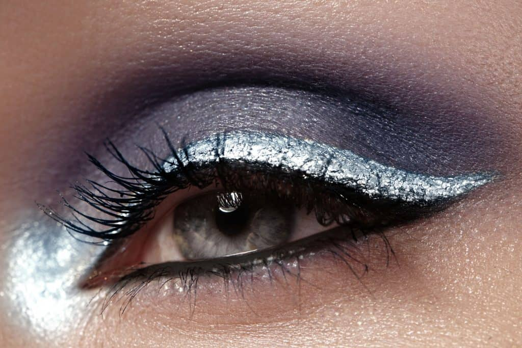 A stylish gradient eye glitter make up with a gradient color pattern from dark to silver