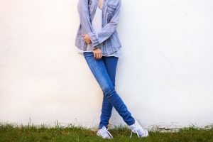 Read more about the article What Sneakers To Wear With Skinny Jeans?