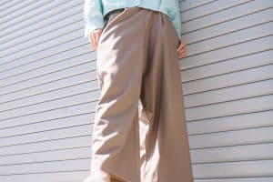 Read more about the article How To Wear Tapered Pants – 15 Styling Tips!